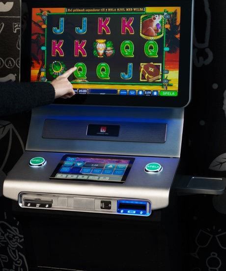 En person som pekar på en Vegas spelmaskin